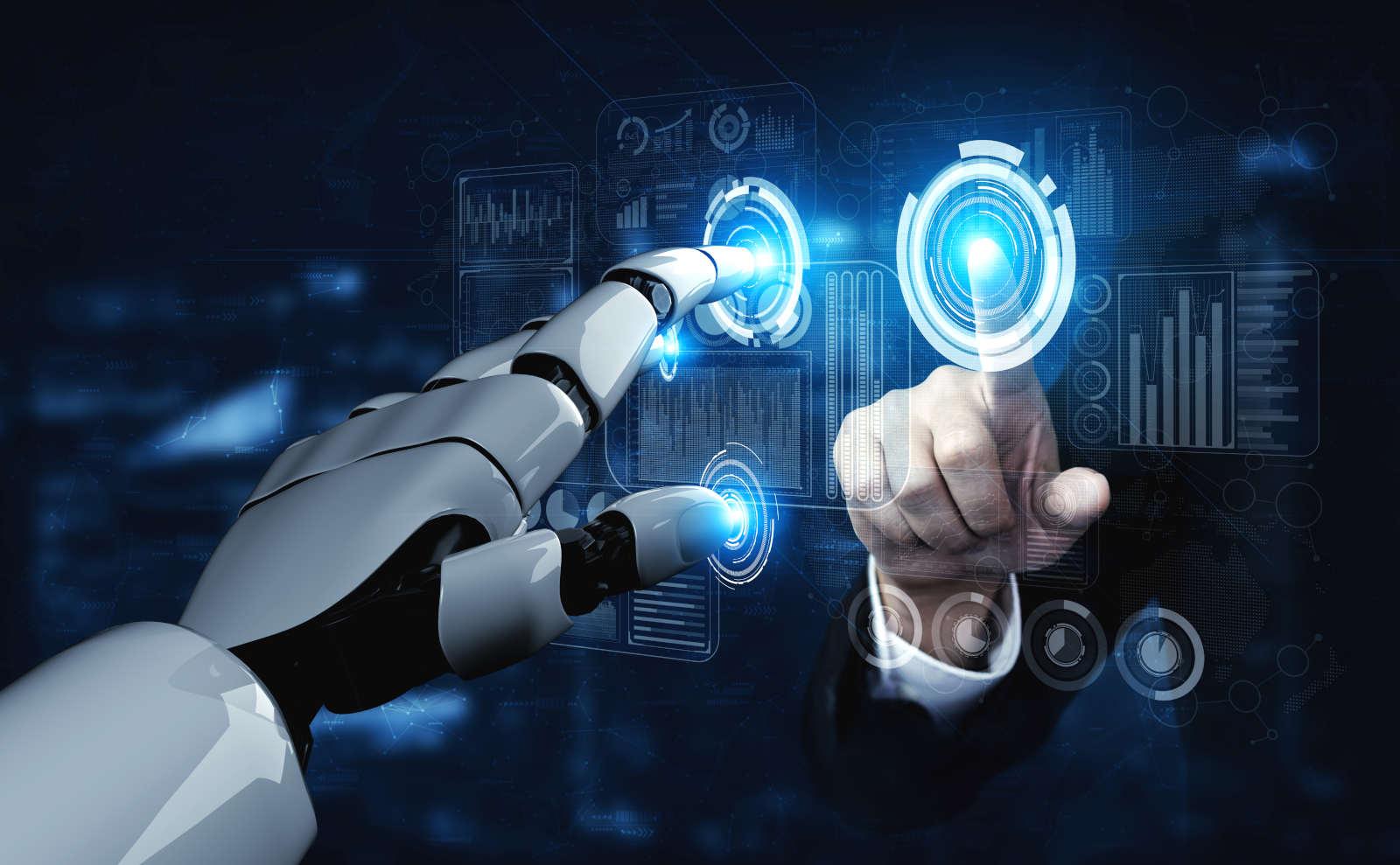 Künstliche Intelligenz vs. Mensch Roboterhand und menschliche Hand gegenüber